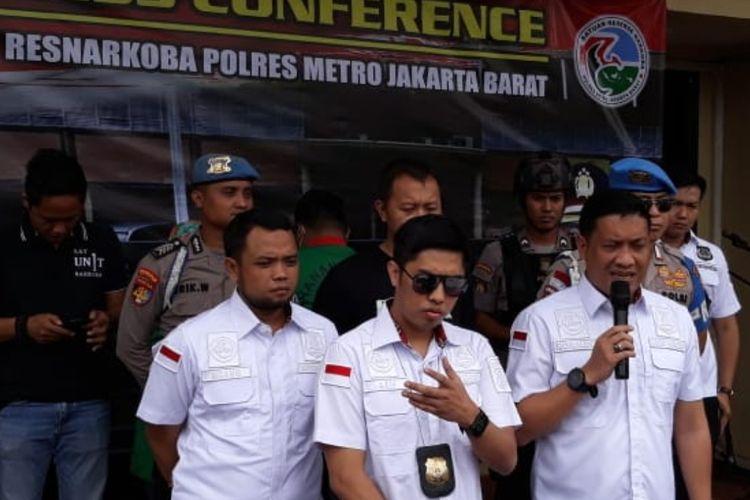 Kasatnarkoba Polres Metro Jakarta Barat Kompol Ronaldo M Siregar dan Kanit 1 Satresnarkoba Polres Metro Jakbar AKP Arif Oktora saat konferensi pers kasus narkoba di Polres Metro Jakarta Barat, Senin (9/3/2020)