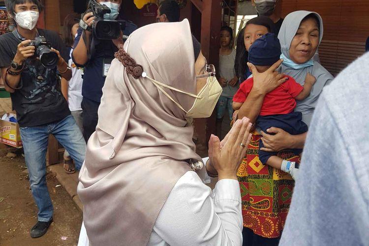 Calon walikota Tangerang Selatan nomor urut dua Siti Nur Azizah menyapa warga yang tinggal di sekitat Tempat Pemungutan Suara (TPS) 08 Pondok Pucung, Kecamatan Pondok Aren, Tangerang Selatan, tempat ia mencoblos, pada Rabu (9/12/2020).