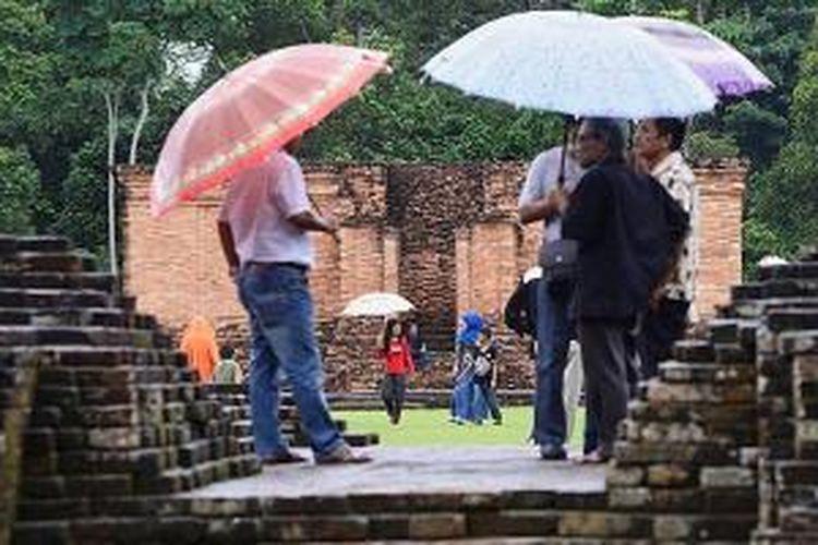 Pengunjung melihat Candi Gumpung di kompleks Candi Muaro Jambi di Kabupaten Muaro Jambi, Jambi, Desember 2013 lalu.