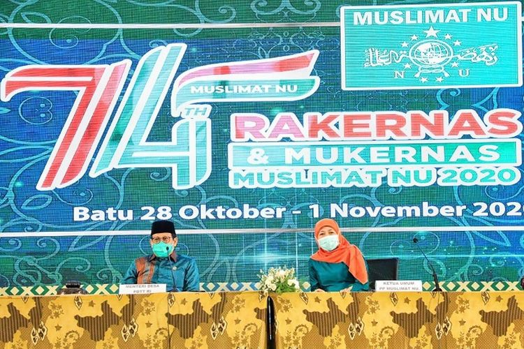 Mendes PDTT Abdul Halim Iskandar bersama Ketua Umum PP Muslimat NU Khofifah Indar Parawansa, pada Rakernas dan Mukernas Muslimat NU, di Malang, Jumat (30/10/2020).