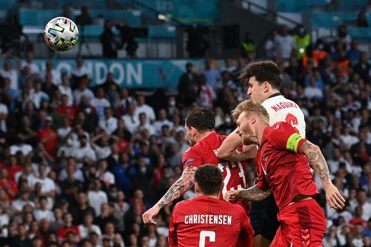 Bek Inggris Harry Maguire (putih) di antara pemain Denmark, yakni Simon Kjaer (kapten) dalam laga semifinal EURO 2020 antara Inggris vs Denmark di Stadion Wembley di London pada 7 Juli 2021.