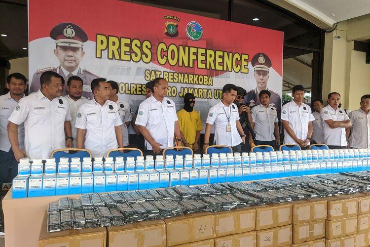 Konpers kasus pengungkapan klinik yang menjual 2,5 juta butir Trihexyphenidyl di Mapolres Metro Jakarta Utara, Jumat (21/2/2020)