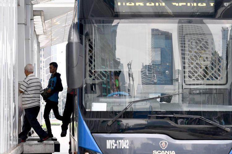 Penumpang turun dari bus Transjakarta di Halte Budaran Hotel Indonesia, Jakarta, Selasa (17/3/2020). PT Transjakarta akan menambah rute perjalanan menjadi 123 rute dan menambah jam operasional, hal ini untuk mengurangi antrean panjang yang terjadi di beberapa halte pada Senin (16/3/2020) kemarin.