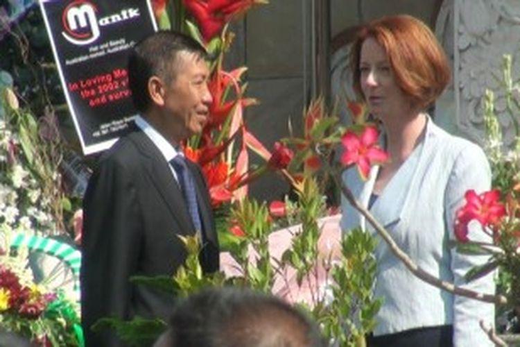 Perdana Menteri Australia Julian Gillard bercengkrama dengan Gubernur Bali Made Mangku Pastika usai memberi penghormatan kepada korban bom Bali 10 tahun silam di Monumen Bom Bali, Ground Zero, Kuta, Sabtu (13/10/2012).