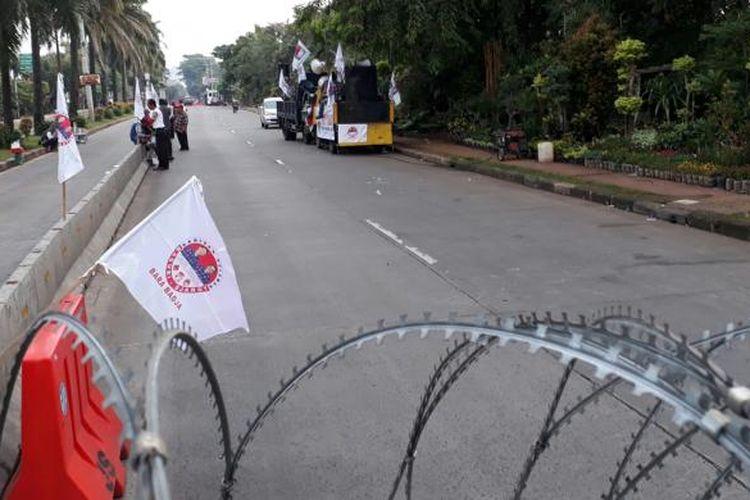 Jalan RM Harsono, Ragunan, Jakarta Selatan, pagi ini masih dalam kondisi sepi dari massa setelah ditutup pihak kepolisian terkait sidang kasus dugaan penodaan agama dengan terdakwa Basuki Tjahaja Purnama atau Ahok. Selasa (7/2/2017)
