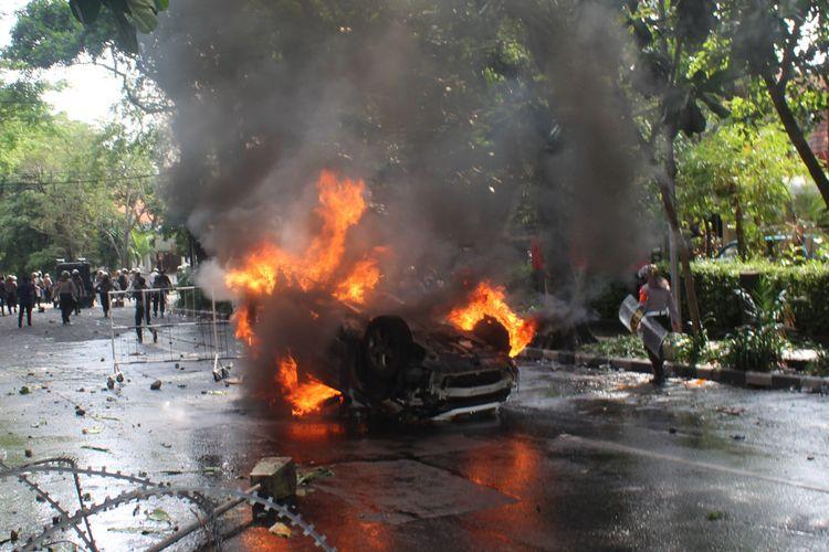 Mobil Patwal milik Satpol PP Kota Malang dibakar saat aksi demonstrasi tolak Undang-Undang Omnibus Law Cipta Kerja di depan gedung DPRD Kota Malang berlangsung ricuh, Kamis (8/10/2020).