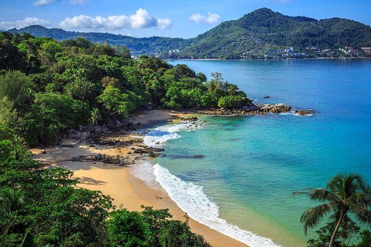 Ilustrasi Thailand - Pemandangan Pantai Laem Sing di Phuket, Thailand.