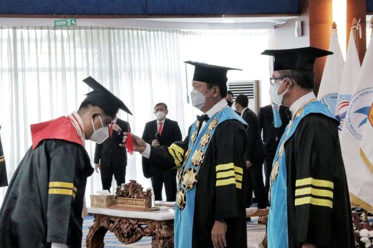 Menteri Kelautan dan Perikanan (Menteri KP) Sakti Wahyu Trenggono saat mengukuhkan 1.210 wisudawan dari satuan pendidikan tinggi lingkup Kementerian KP yang tersebar di berbagai daerah di Indonesia, secara daring, Rabu (25/8/2021).