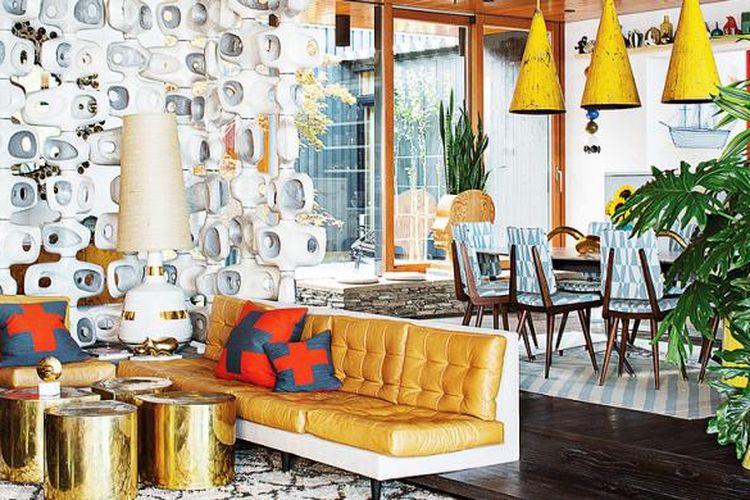 Ruang keluarga Jonathan Adler dan Simon Doonan. Ruang keluarga yang mewah ini menggunakan lampu bergaya vintage.