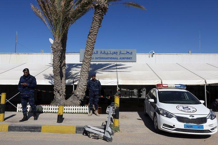 Petugas keamanan berjaga di luar Bandara Mitiga di Tripoli, Libya.