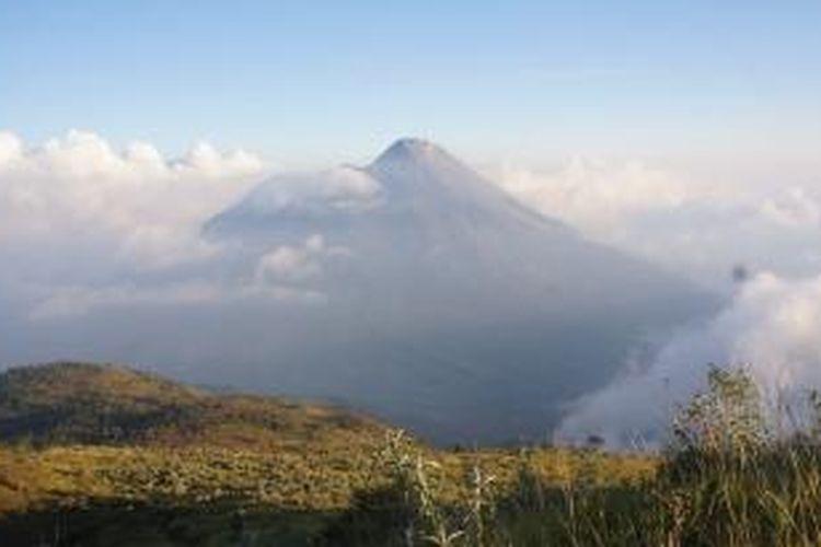 Gunung Merapi, 2.928 mdpl terlihat ketika berada di Pos Watu Tulis, Jalur Selo, Boyolali, Jawa Tengah.