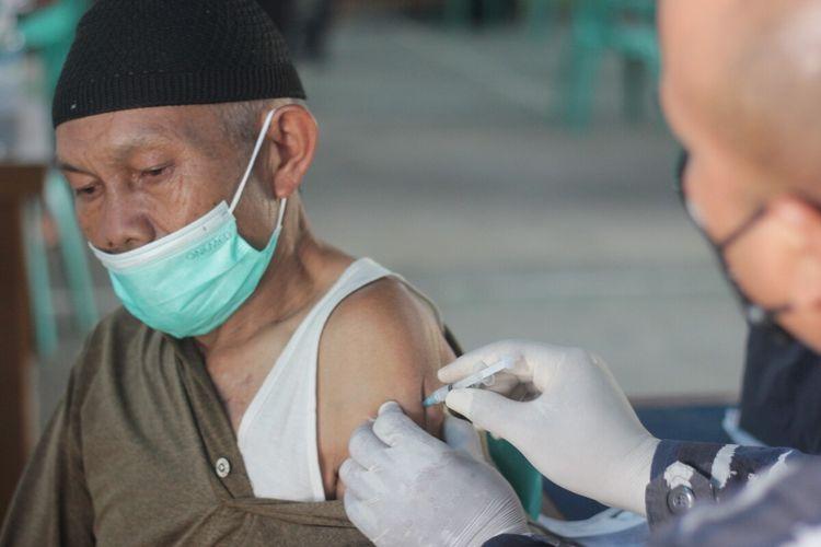 Seorang warga Cianjur, Jawa Barat saat menjalani vaksinasi Covid-19 dosis pertama yang digagas Lantamal III Jakarta di balai Desa Batulawang, Kecamatan Cipanas, Jumat (24/9/2021).