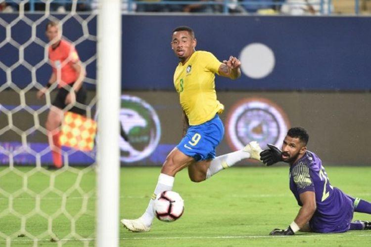 Penyerang timnas Brasil, Gabriel Jesus mencetak gol ke gawang Arab Saudi pada laga uji coba di Stadion King Saud University, Jumat (12/10/2018) atau Sabtu dini hari WIB.