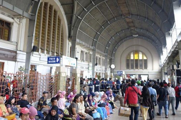 Penumpang menunggu dan meninggalkan gerbong kereta api di Stasiun Jakarta Kota atau Beos di Jakarta Barat, Sabtu (8/3). Stasiun Beos merupakan salah satu tonggak sejarah pemekaran Kota Batavia awal abad ke-20 Masehi mahakarya arsitek kenamaan Frans Johan Louwrens (FJL) Ghijsels yang dibangun tahun 1914. Kompas/Agus Susanto (AGS)