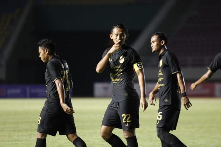 Penyerang sekaligus kapten PSIS Semarang, Hari Nur Yulianto, setelah mencetak gol ke gawang Barito Putera pada laga kedua fase grup Piala Menpora 2021 yang berlangsung di Stadion Manahan, Solo, Minggu (21/3/2021) malam WIB.
