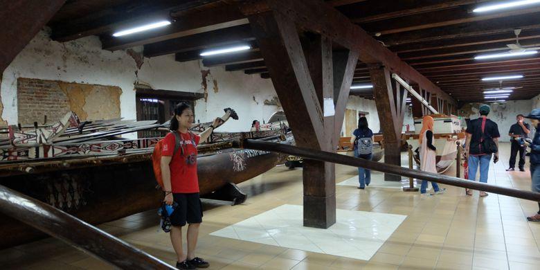 Wisatawan berpose di salah satu kapal koleksi Museum Bahari.