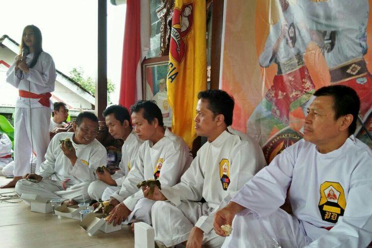 Atlet pencak silat perguruan Perisai Diri saat menggelar latihan di Solo, Jawa Tengah.