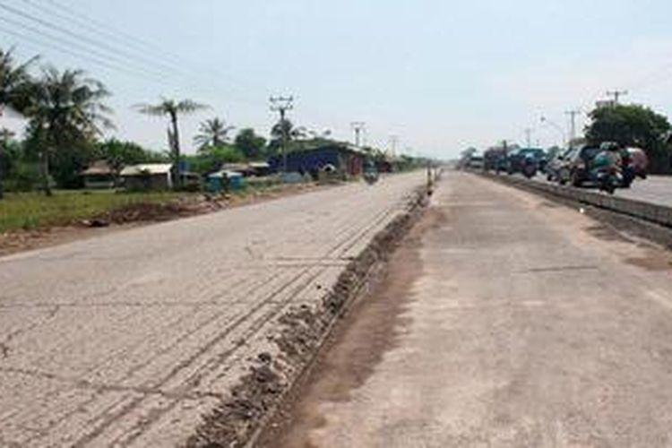 Jalan Pantai Utara Jawa Barat di Indramayu, yakni yang melewati Desa Pangkalan, Kecamatan Losarang, hingga Eretan, sedang diperbaiki, Minggu (14/4/2013). Perbaikan ditargetkan selesai 15 hari sebelum Lebaran (H-15). Perbaikan jalan itu merupakan salah satu paket dari 20 paket pengerjaan jalan dan jembatan di wilayah Jawa Barat yang nilai Rp 245 miliar.