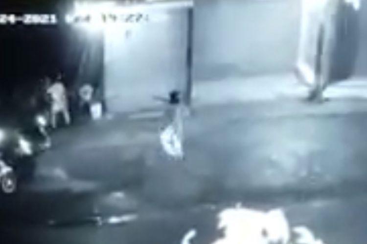 Kawanan rampok mengacungkan dan menembakan pistol ke arah petugas Satreskrim Polres Tasikmalaya saat akan ditangkap di pinggir jalan Cibalong, Kabupaten Tasikmalaya terekam CCTV, Rabu (24/3/2021) malam tadi.