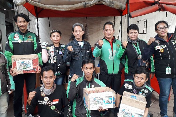 Komunitas ojek online Komando Lintas Barat menggalang dana untuk koeban longsong Brebes di perempatan Tambora, Jakarta Barat pada Senin (5/3/2018).