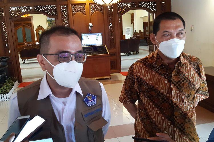 Anggota Tim Pakar Satgas Penanganan Covid-19 Nasional, Alphieza Syam didampingi Wakil Wali Kota Solo Teguh Prakosa di Balai Kota Solo, Jawa Tengah, Sabtu (8/5/2021).