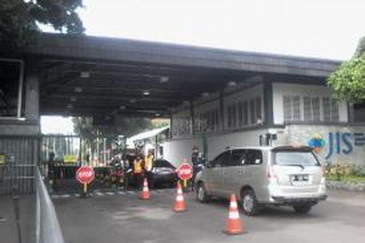 Pengamanan ketat di Jakarta International School, Jalan Terogong, Jakarta Selatan.