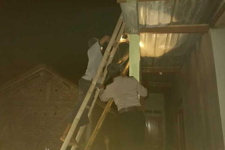 Polisi mengecek lokasi korban tersengat listrik di Kabupaten Kebumen, Jawa Tengah, Selasa (9/11/2020) petang.