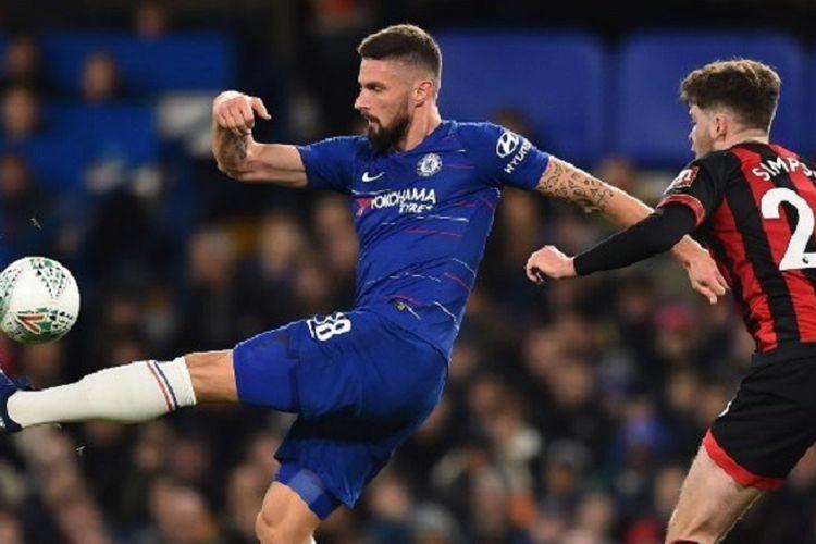 Olivier Giroud mendapat kawalan Jack Simpson pada laga Chelsea vs AFC Bournemouth dalam babak perempat final Piala Liga Inggris di Stadion Stamford Bridge, 19 Desember 2018.