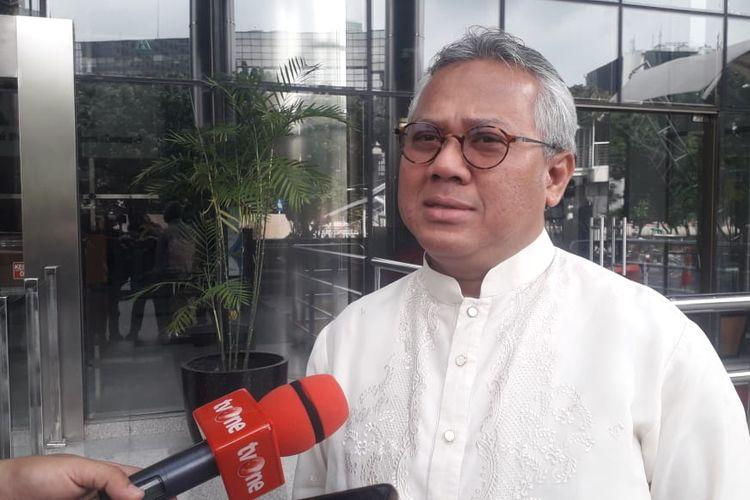 Ketua KPU Arief Budiman memberi keterangan sebelum diperiksa penyidik KPK di Gedung Merah Putih KPK, Jumat (28/2/2020).