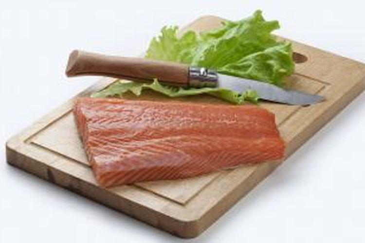 Hindari menggunakan pisau dan talenan yang sama saat mengolah produk hewani mentah dan makanan matang atau produk segar lainnya. Bakteri dari bahan mentah dapat mencemari makanan matang dan segar Anda.