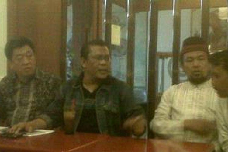 Eggi Sudjana (kedua dari kiri) mendeklarasikan diri untuk maju dalam pemilihan gubernur Jatim 2013 di restoran AJBS di Surabaya, Jatim, Kamis (10/1/2013).
