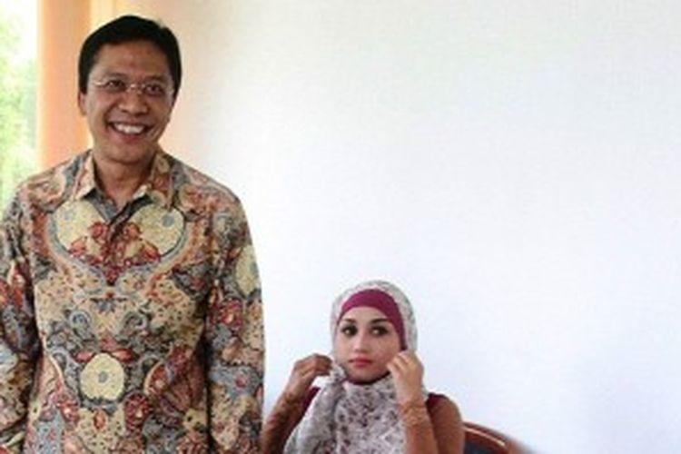 Terdakwa Ahmad Fathanah (kiri) ditemani istrinya Sefti Sanustika bersiap menjalani sidang perdananya di Pengadilan Tindak Pidana Korupsi Jakarta, Senin (24/6/2013).