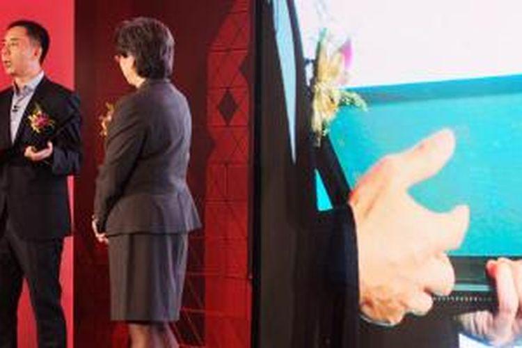 Vice President and General Manager Notebook Business Unit, Lenovo Group, Bai Peng menunjukkan laptop Flex 3 di atas panggung AMD Tech Day yang digelar di Taipei, Rabu (3/6/2015).