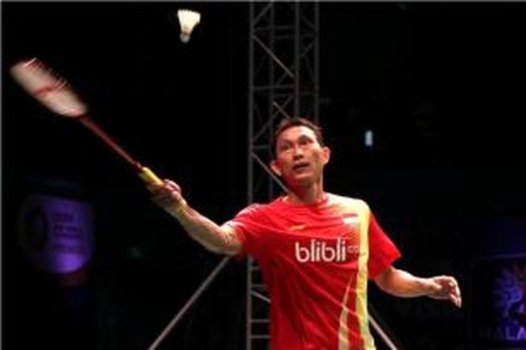 Tunggal putra Indonesia, Sony Dwi Kuncoro mengembalikan kok pada sesama pebulu tangkis nasional, Tommy Sugiarto, pada pertandingan grup B tunggal putra BWF Superseries Finals 2013, Rabu (11/12/2013)