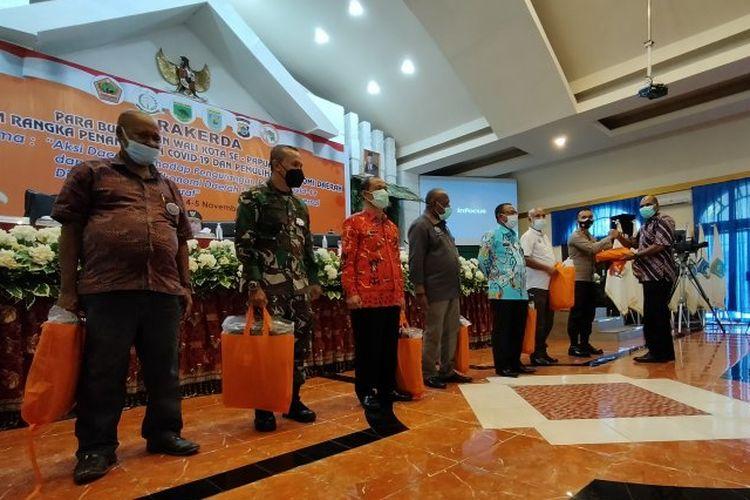 Wakil Gubernur Papua Barat Mohamad Lakotani menyerahkan APD kepada kepala Suku Biak di Manokwari Petrus Makbon dan beberapa lembaga lain pada rapat kerja bupati dan wali kota se-Papua Barat di Manokwari, Kamis (5/11/2020).