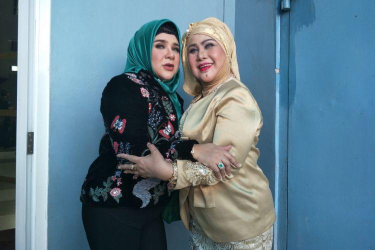 Elvy Sukaesih dan anaknya Fitria diabadikan di Studio TransTV, Mampang, Jakarta Selatan, Senin (26/3/2018).