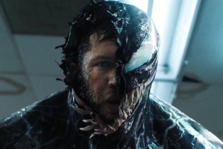 Tom Hardy berperan sebagai Eddie Brock, yang berubah menjadi Venom sebagai alter-ego dirinya dalam film Venom.
