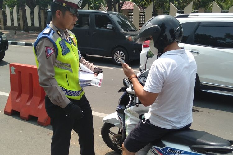 razia gabungan antara polisi dan BPRD Jakarta di depan TMP Kalibata, Rabu (11/12/2019)