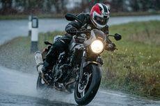 Cara Benar Bersihkan Kaca Helm dari Air Hujan