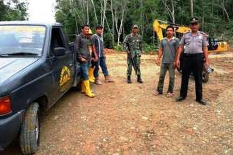 Personel Polsek Julo dan Koramil 10 Julok, Aceh TImur berpatroli di lokasi penembakan alat berat proyek PT Meuligoe Mas Utama (rekanan PT Medco) di Desa Mane Rampak, Kecamatan Julok, Aceh Timur, Kamis (21/12/2016)