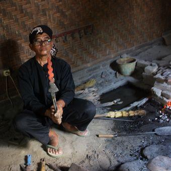 Empu Sungkowo Harumbrojo mengecek keris setengah jadi di besalen miliknya di Dusun Gatak, Desa Sumberagung, Kecamatan Moyudan, Kabupaten Sleman, Rabu (20/9/2017).