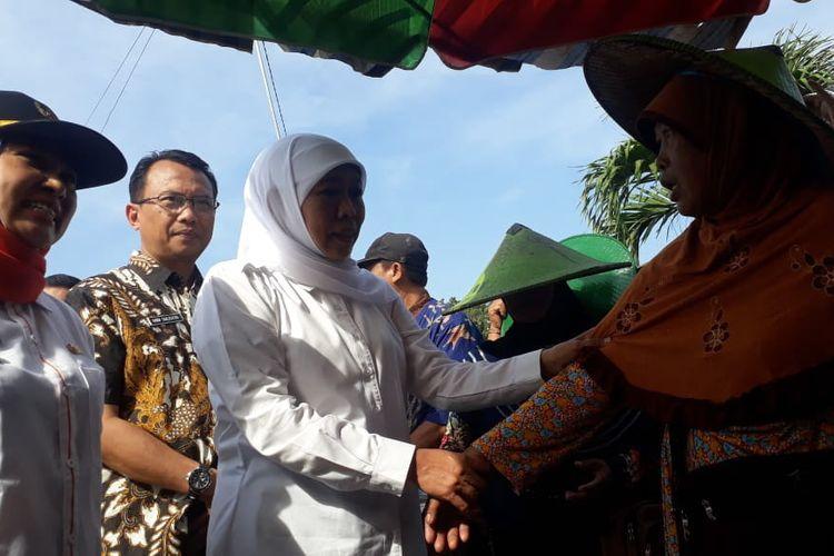 Gubernur Jawa Timur Khofifah Indar Parawansa (tengah) saat menyalami salah seorang pedagang di Pasar Ikan Lamongan, Kamis (13/6/2019).