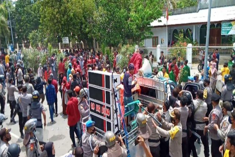 Polisi saat berusaha menangkap para demonstaran yang diduga sebagai provokator.