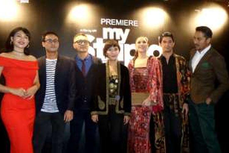 Para pemain film My Stupid Boss, Atiqah Suhaime, Iskandar Zulkarnain, dan Chew Kinmah (tiga di kiri), serta Bunga Citra Lestari, Reza Rahadian, dan Bront Palarae (tiga di kanan), mengapit sutradara film itu, Upi, ketika menghadiri gala premiere film itu di GSC (Golden Screen Cinemas), Pavilion Kuala Lumpur, Malaysia, Senin (16/5/2016) malam.