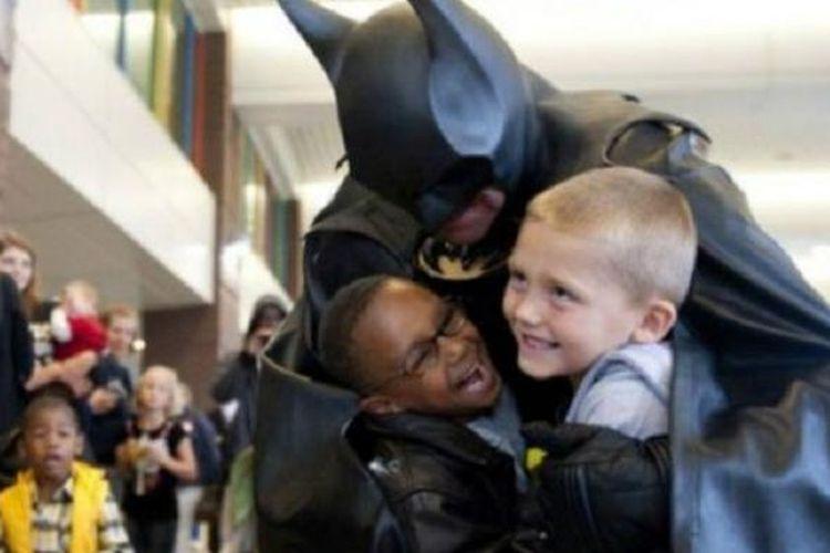 Leonard Robinson sengaja berperan sebagai Batman untuk mengunjungi anak-anak di rumah sakit. Dia telah melakoni peran tersebut selama 14 tahun terakhir.