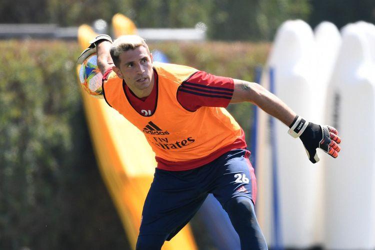Emiliano Martinez saat berlatih bersama Arsenal.