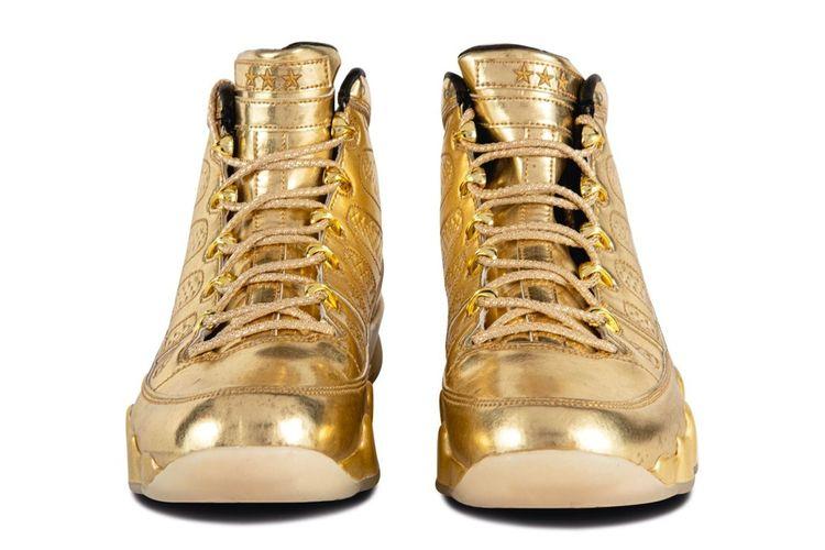 Sepasang sneaker Air Jordan 9