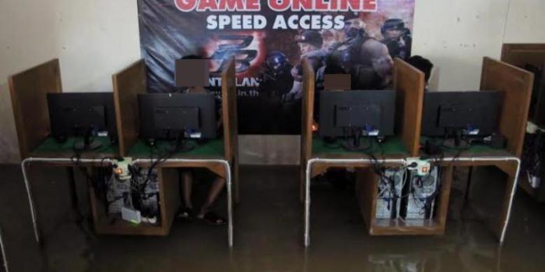 Ilustrasi sejumlah anak tetap asyik bermain game online di warnet.