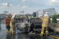 Diduga Korsleting, Mobil Terbakar di Jalan Tol Layang Wiyoto Wiyono