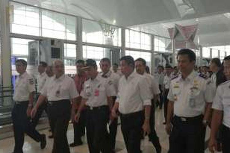 Menteri Perhubungan Ignasius Jonan blusukan di Bandara Kualanamu Medan, Sabtu (16/7/2016)